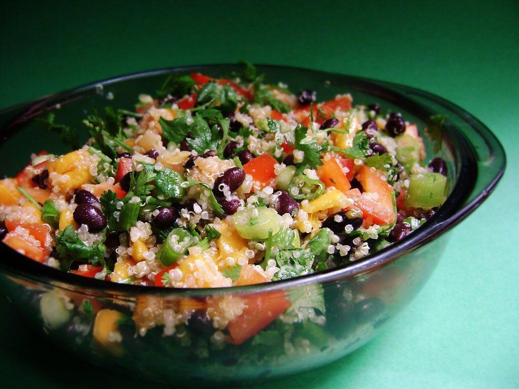 Kvinojas-pupiņu salāti