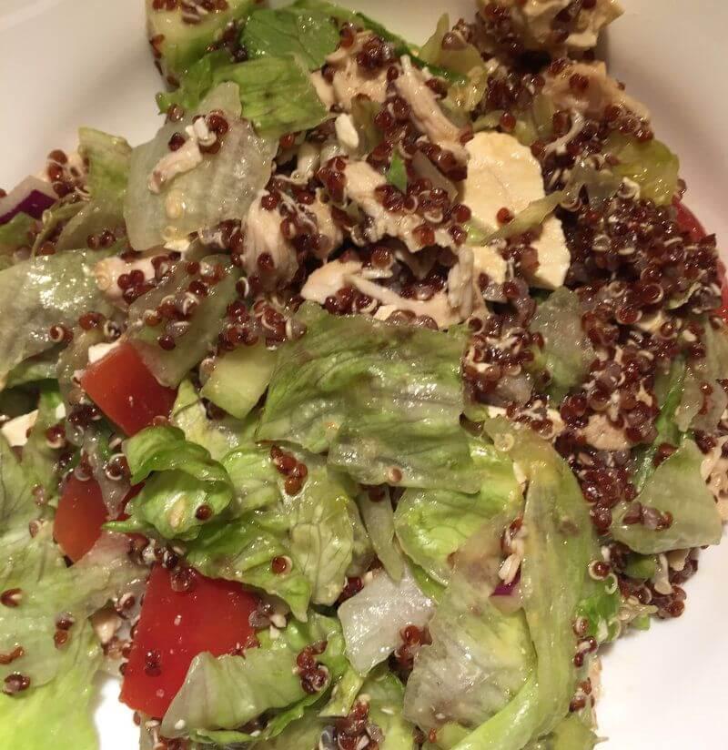 Salāti ar vistas fileju un kvinoju